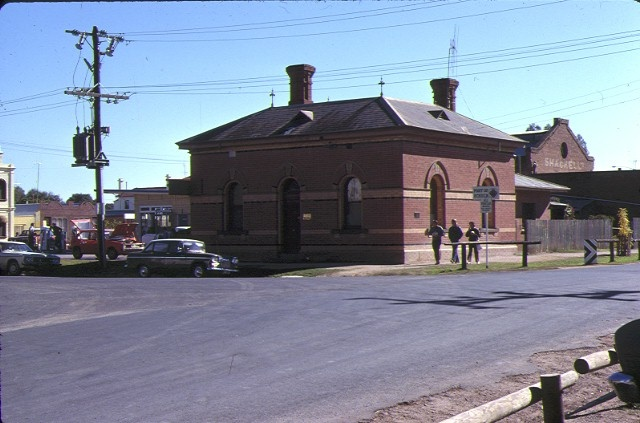 1 former customs house echuca front view