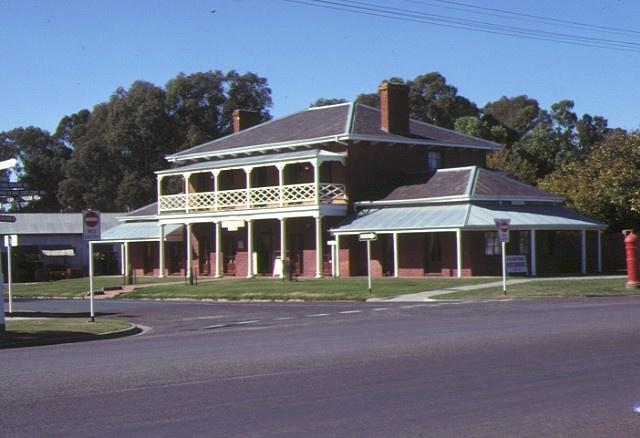 hopwood hotel echuca street view