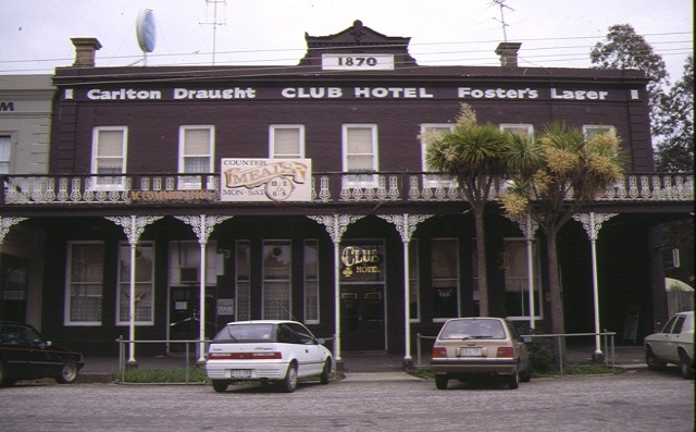 1 club hotel clunes front view