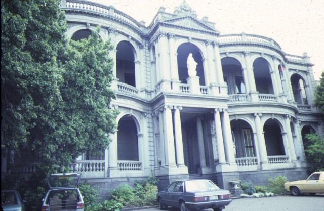 1 mandeville hall mandeville crescent toorak front view dec1985