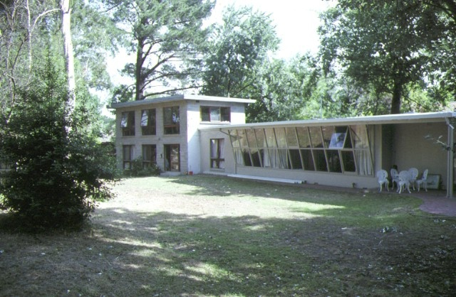 1 former robin boyd house camberwell side view dec1990