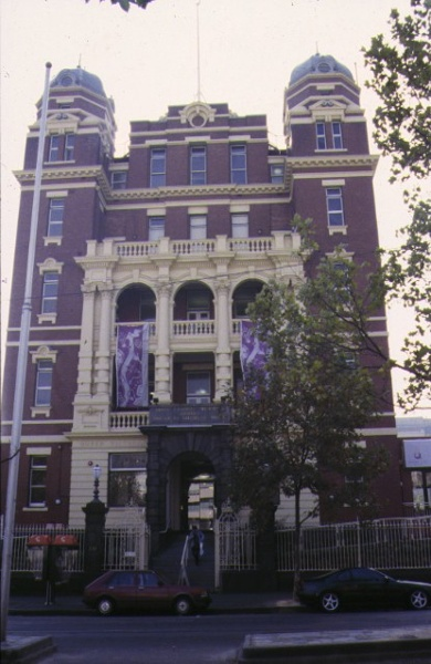 1 post 1994 former queen victoria hospital tower & perimeter fence lonsdale street melb front view lonsdale street may1998