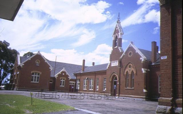 1 primary school number 1566 bendigo front view feb1993