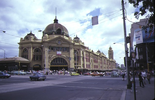 1 flinders street railway station complex flinders street melbourne front view feb1985