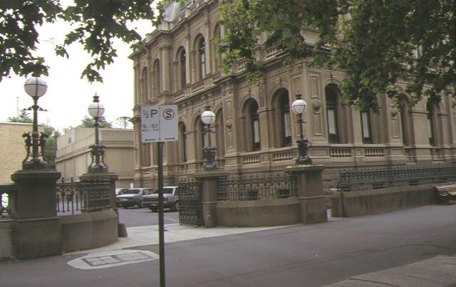 law courts bendigo entrance gates jan1999