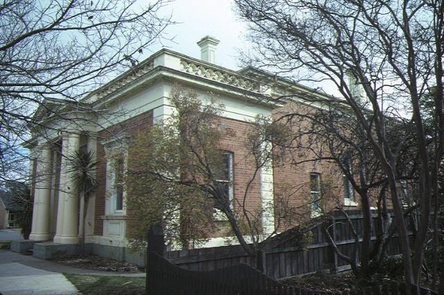 1 echuca court house front corner jul1984