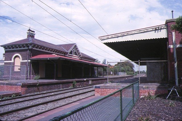 former albert park railway station complex ferrars street albert park platform view feb1989