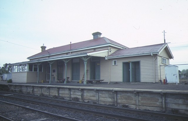 1 kaniva railway station moore street kaniva platform view jul1984