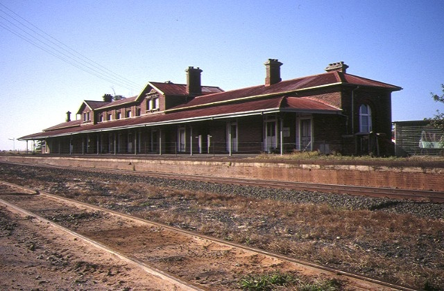 1 serviceton railway station elizabeth street sreviceton trackside view apr1995