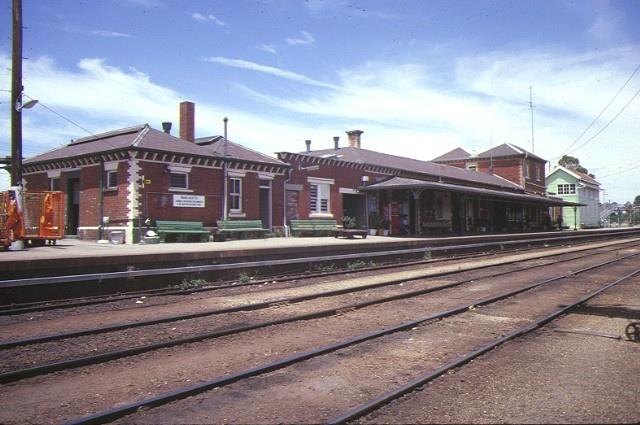 1 wangaratta railway station complex norton street wangaratta trackside view dec1984