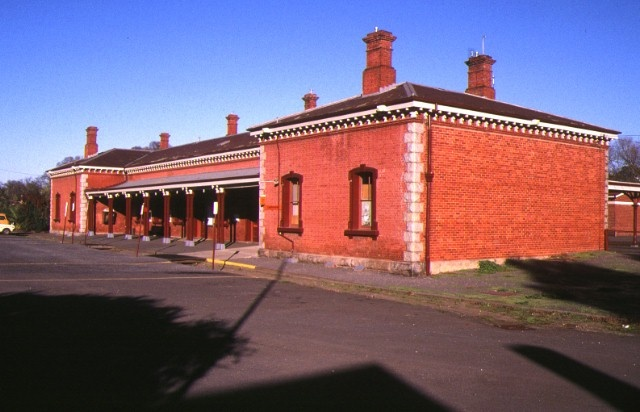 1 castlemaine railway station complex kennedy street castlemaine front view may1995