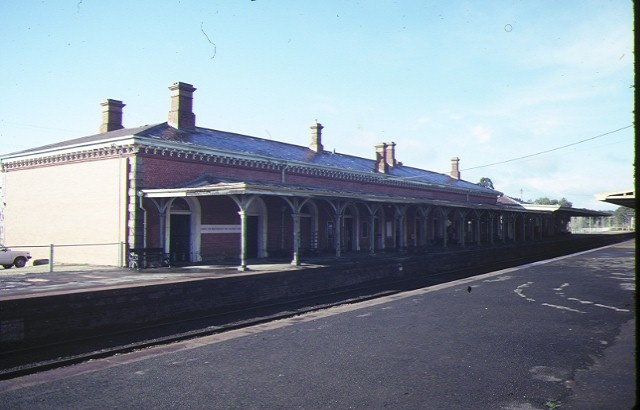 castlemaine railway station complex kennedy street castlemaine trackside view aug1984