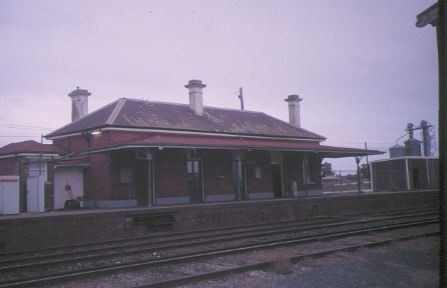 1 dunolly railway station trackside view may1995