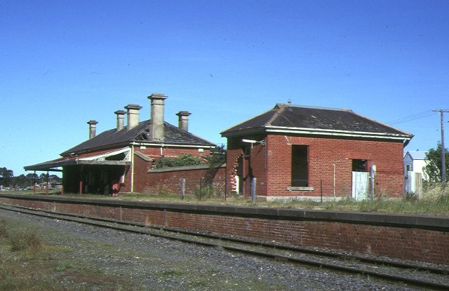 1 avoca railway station york avenue avoca trackside view nov1993