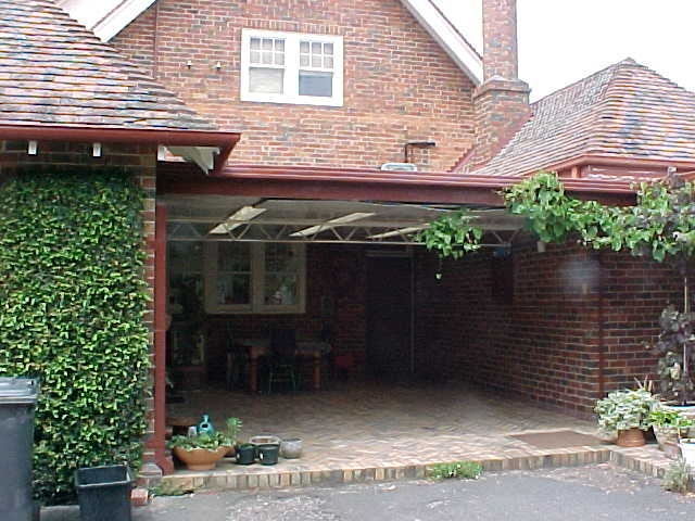 H01399 residence formerly colinton mont albert road canterbury courtyard nov2001