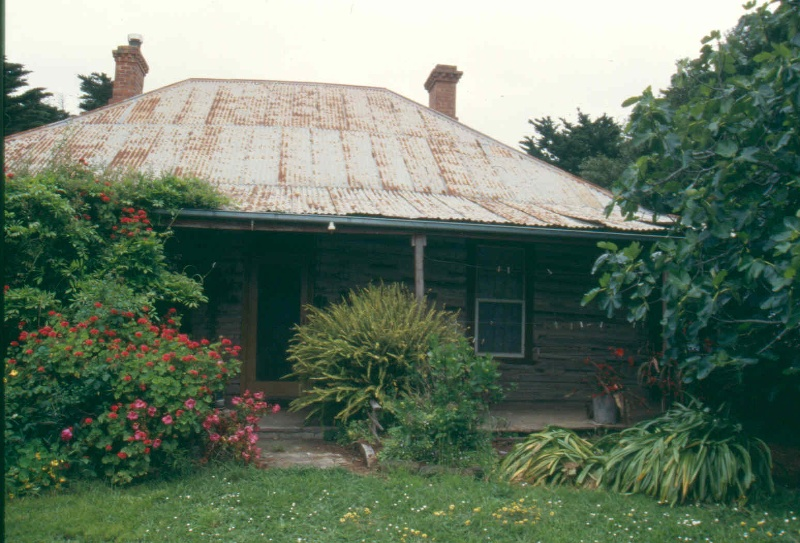 H01987 log cottage poowong front 2001