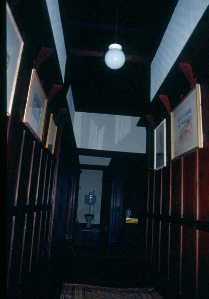 H02004 macgeorge house ivanhoe hallway 02