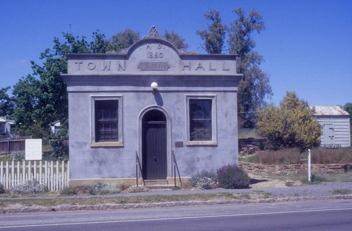 h01015 1 chewton town hall pyrenees highway chewton front she project 2003