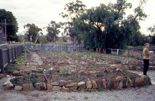 h01838 tutes cottage greenhill road castlemaine garden she project 2003