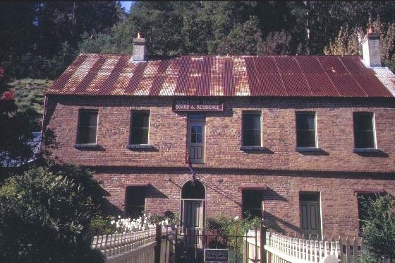 h00326 1 lwindsor house right hand branch walhalla close up front she project 2003