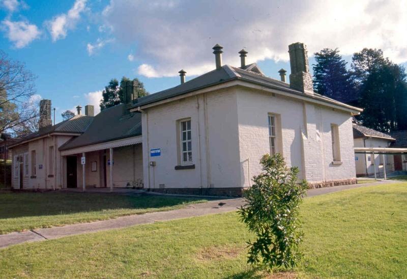 h02073 1 kew cottages chapel july2004 mz