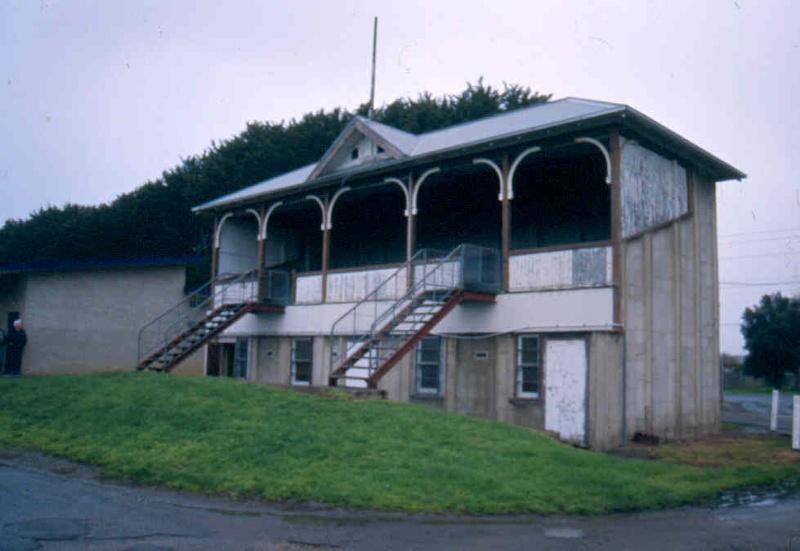 h01525 winchelsea grandstand front sept04