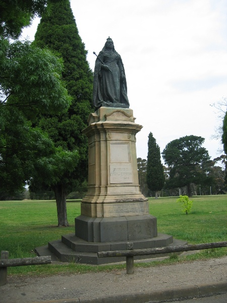 H2095 Eastern Park 10.2005 Queen Vic statue