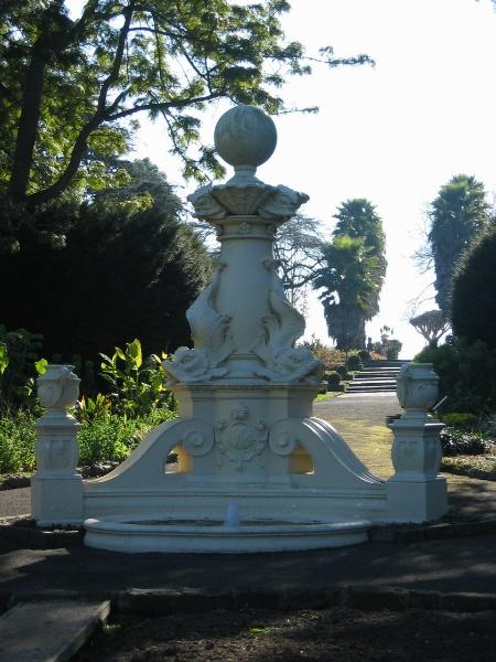 H2095 Geelong Bot Gardens 8.2005 Hitchcock Fountain