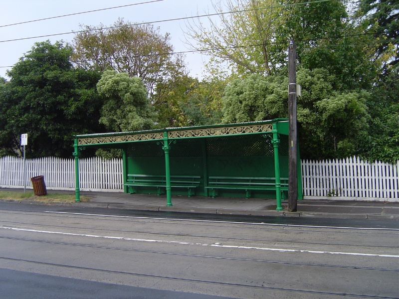 H0174 Tram shelter Balaclava Rd Front view Apr 2006