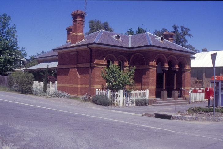 Former Chewton Post Office Pyrenees Hwy Chewton Front and East Wall SHE Project 2004