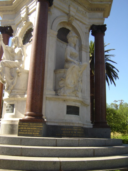 queen vic memorial front nov06 jb