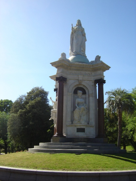 queen vic memorial front long view nov06 jb