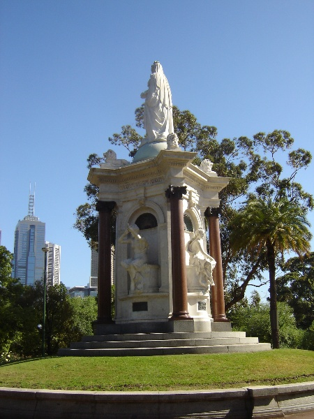 queen vic memorial rear view2 nov 06 jb