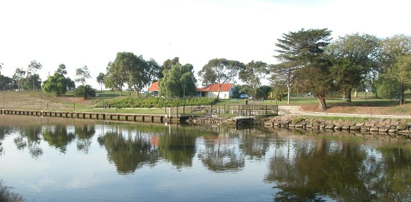 Henley's Landing Boatshed Maribyrnong May 2003 004