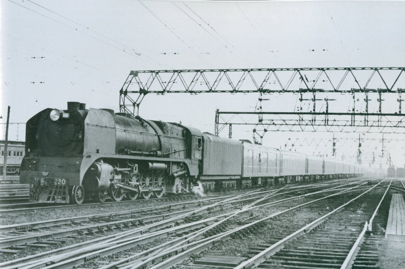 Heavy Harry_Loco H220_Working the Spirit of Progress_Approaching Spencer Street Station_August 1948