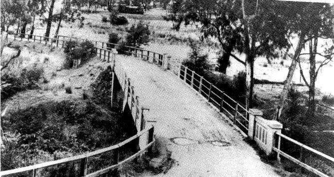 142 - Concrete Arch Bridge Hurstbridge 09 - Old photograph of the bridge - NOTE its approaches and settings - During the 1920s? (ELHPC No.1017) - Shire of Eltham Heritage Study 1992