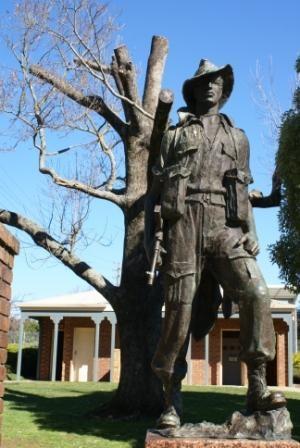 Drouin War Memorial 2.jpg