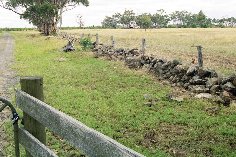 Dry Stone Wall B128 - southern boundary