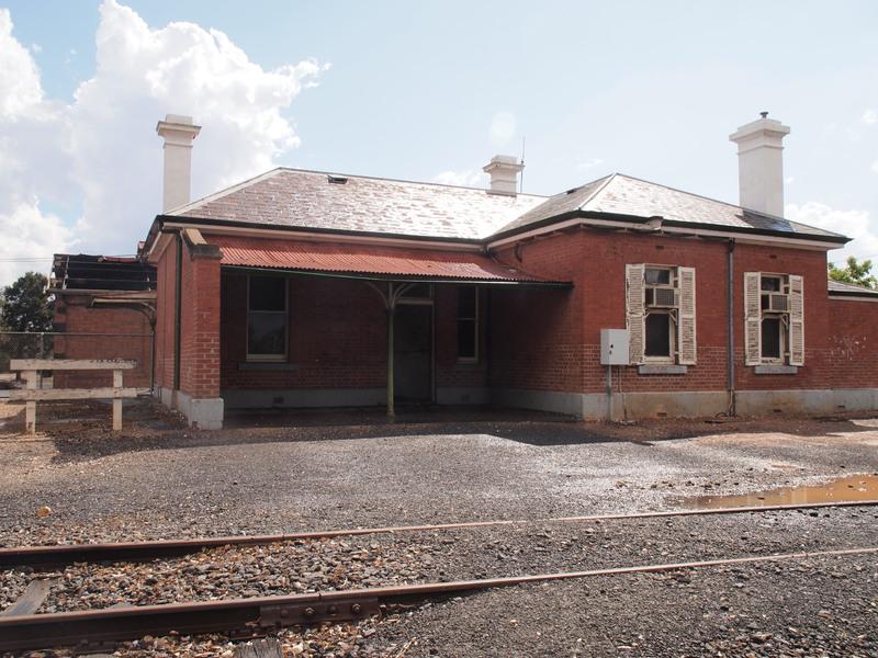 H1670 DUNOLLY RAILWAY STATION LHA 2015 3.JPG