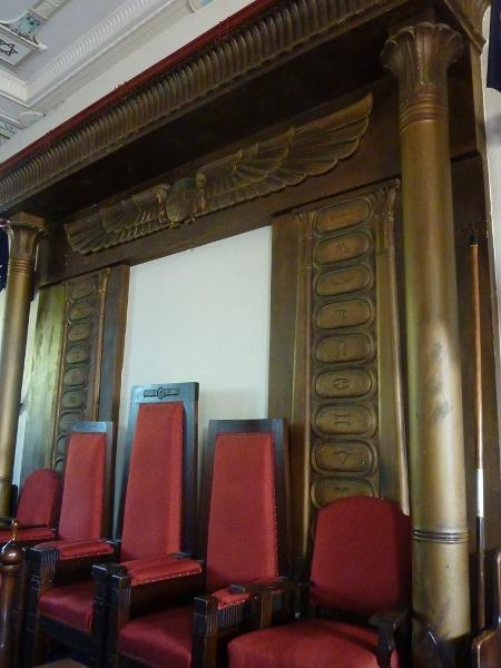Sandringham_Masonic_Hall_lodge_room_front_aedicule.JPG
