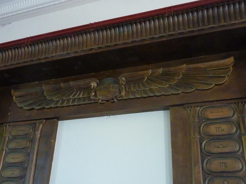 Sandringham_Masonic_Hall_detail_of_aedicule.JPG