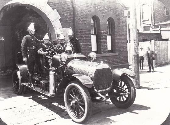 c.1918: Hotchkiss Fire Engine and crew at the horseshoe arch on Selwyn Street