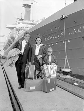 1958, Migrants arriving on Station Pier.jpg